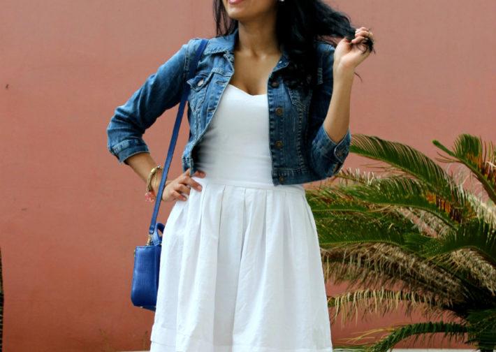 Jaqueta jeans e vestido branco